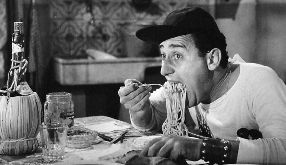 Alberto_Sordi_-_scena_degli_spaghetti_-_Un_americano_a_Roma_(1954).jpg